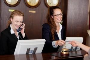 Nhân viên giao thẻ từ cho khách