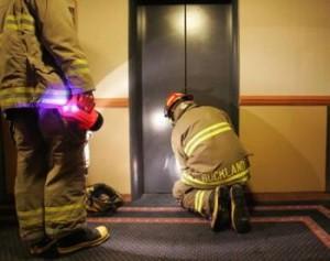 kĩ năng xử lí khi thang máy bị kẹt