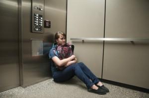 xử lí khi bị kẹt trong thang máy