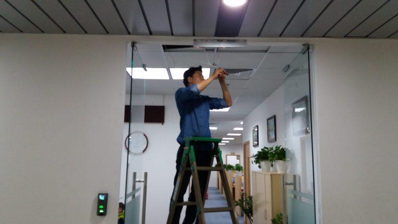 Lắp khóa nam châm - khóa cửa kính