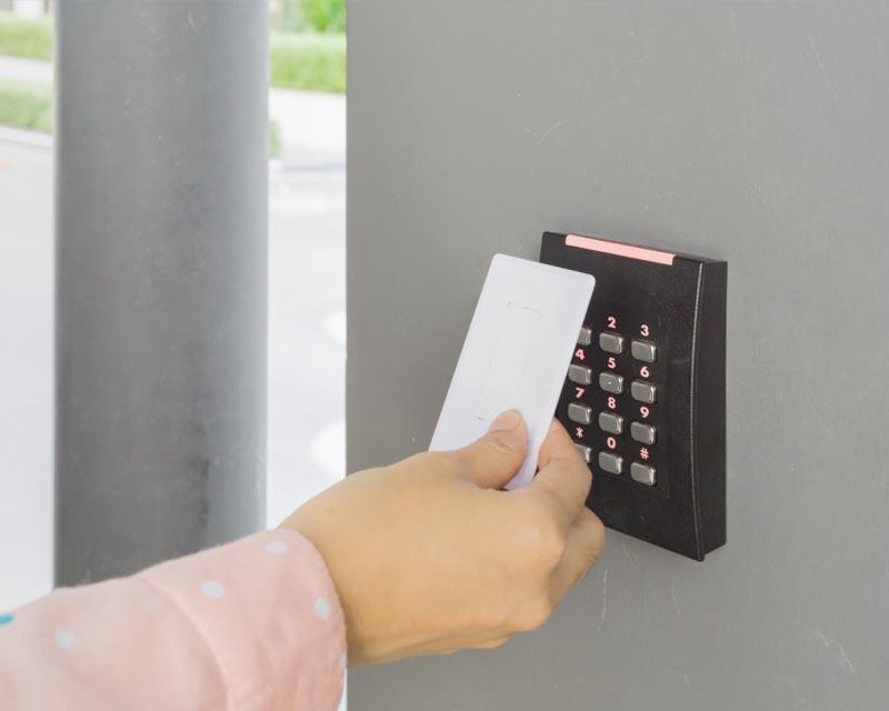 kiểm soát cửa ra vào bằng thẻ